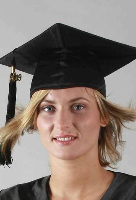 Coiffe satinée, chapeau satin pour toge de remise de diplôme: tenue sur-mesure